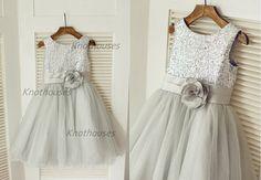 He encontrado este interesante anuncio de Etsy en https://www.etsy.com/es/listing/216887976/silver-sequin-tulle-flower-girl-dress