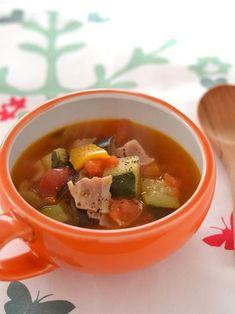 ズッキーニ、ナス、カラーピーマンを刻んで冷凍した「イタリアンミックス」を使ってミネストローネに。忙しい朝でも野菜の栄養がたっぷり摂れますよ。