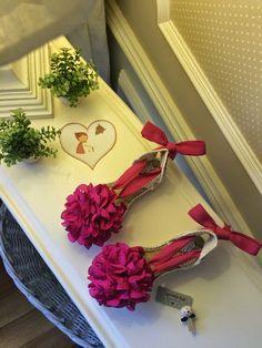 "Caperucita Roja: Alpargatas modelo ""Pompón"" Diy Craft Projects, Diy And Crafts, Espadrilles, Summer Design, Painted Shoes, Diy Necklace, Shoe Brands, Hats For Women, Diy Clothes"