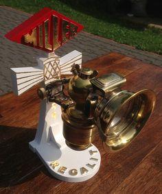 Miller Karbidlampe mit einem originalgetreuen Nachbau eines Verkaufdisplays.