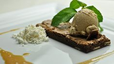«J'aime bien avoir des brownies assez minces puisque je m'en sers en crumble comme base de dessert, par exemple pour mon cappuccino glacé. Le chocolat... Brownie Bar, Pudding, Chefs, Comme, Desserts, Food, Dark Chocolate Brownies, White Chocolate, Iced Cappuccino