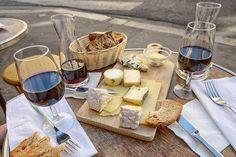 La gastronomía francesa es la más reconocida del mundo y fue declarada Patrimonio Inmaterial de la Humanidad en 2010. La variedad de su materia prima y la sofisticación a la hora de preparar sus platos son sus señas de identidad. Los vinos, el pan, los quesos y el paté son ingredientes que nunca fallan en los restaurantes de Francia.