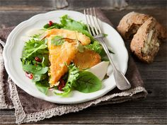 Friteerattu juusto on tämän salaatin yksinoikeutettu kuningatar. Makea päärynä ja granaattiomena tasapainottavat pinnaltaan rapeaa, mutta sisältä sulavaa juustoa. Vaalea balsamicokastike lisää salaattiin sopivasti hapokkuutta, jotta kokonaisuus on herkullinen.
