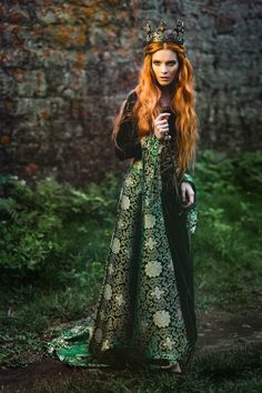 girl with medieval crown Queen Aesthetic, Princess Aesthetic, Images Esthétiques, Fantasy Photography, Medieval Dress, Larp, Redheads, Red Hair, Photoshoot