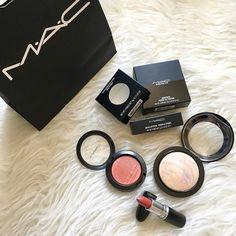 napadłam wczoraj na #mac  niech żyje promocja 3 za 2 i wymówka że to wszystko jest mi niezbędne do makijażu ślubnego  #maccosmetics #brave #lightscapade #fauxsure #makeup #weddingmakeup #highlighter #lipstick #blush