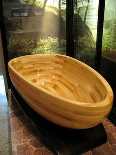 Awesome wooden bathtub. More Woodworking Projects on www.woodworkerz.com