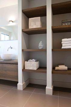 Planken en meubel met kommen