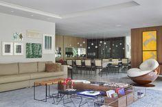 Apartamento SWS (Leblon, RJ) / Yamagata Arquitetura @yamagataa #varanda #terrace #living #dining #decor #ceiling #window #view #green