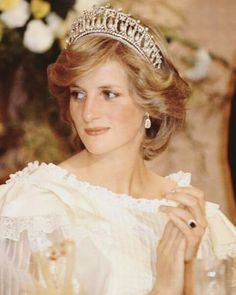 Cambridge Lovers' Knot Tiara worn by Diana, Princess of Wales. Diana at the Sheraton in Auckland Princess Diana Fashion, Princess Diana Photos, Princess Diana Family, Princess Diana Tiara, Princess Diana Wedding, Princess Diana Biography, Royal Princess, Princess Of Wales, Princesa Real