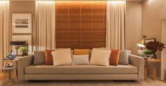 Persiana de madeira e cortinas branca por cima