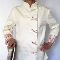 Chaqueta de cocina entallada, exclusiva para mujer. 100% Algodón natural, sin blanqueantes ni tratamiento. Hecho a mano. Confeccionado artesanalmente en España. Sistema de cierre mediante velcro.