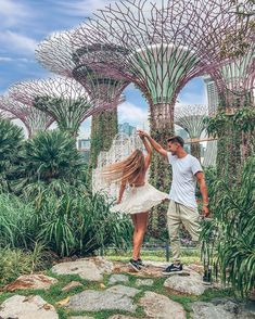 in … 📍🇸🇬 Singapore / Singapur . ・ 🇬🇧 We have to lives, and the second one begins when we realize we only have one 💫🥳 . Couple Photoshoot Poses, Couple Photography Poses, Pre Wedding Photoshoot, Travel Photography, Photography Ideas, Singapore Travel Tips, Singapore Photos, Malaysia Travel, Singapore Outfit