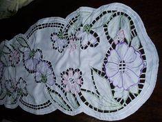 Centro de mesa em tecido ráfia ou oxford. Este mede 0,94 x 0,40m. Pode também ser todo em branco.