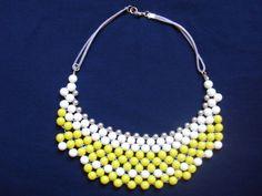 Maxi colar entrelaçado nas cores amarelo e bronze com acabamento em fio bege enceradoTamanho: 44 cmpeso 40 gr