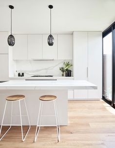 This renovated heritage cottage hides a modern interior This white kitchen features two black glass statement pendant lights over the white marble kitchen island. Pale timber flooring runs throughout. White Kitchen Interior, White Marble Kitchen, Interior Modern, Home Decor Kitchen, Interior Design Kitchen, Kitchen Ideas, Modern White Kitchens, White Kichen, Kitchen Furniture