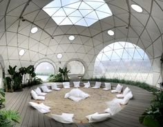 Feel more in touch with the natural world by moving into one of these geodesic glass dome homes. These glass domes are earthquake resistant, can withstand winds up to 200 mph, and help keep temperatures pleasant year round due to their aerodynamic shape. Organic Architecture, Architecture Design, Residential Architecture, Contemporary Architecture, Asheville Glamping, Architecture Organique, Skylight Window, Dome Structure, Geodesic Dome Homes