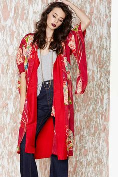 red kimono Ok this is on the right track finally some one gets it! Look Kimono, Kimono Outfit, Kimono Jacket, Kimono Fashion, Boho Fashion, Fashion Looks, Fashion Outfits, Womens Fashion, Japan Fashion