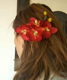 Tocado sencillo de orquideas rojas. Ideal para dar una nota de color a un atuendo sobrio.
