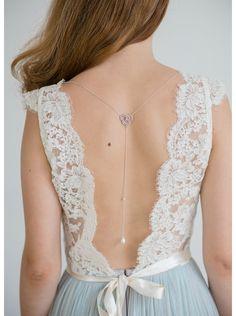 Un petit détail original pour les mariées ne souhaitant pas de collier autour de leur cou. Bijou de dos idéal pour accessoiriser votre robe dos nu et faire un petit clin d'oeil au thème rustique ou champêtre.