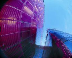 Červená farba obkladových dosiek, kovový raster stĺpikov a bodové uchytenie skla s potlačou plní základnú urbanistickú požiadavku na dominanciu archívu v kontexte okolitej zástavby.  #rodinnydom #stavba #svojpomocne #stavebnymaterial #ytong #zdravebyvanie #vysnivanydom #modernydom #staviamedom #byvanie #rodinnebyvanie #modernydomov #architektura #dizajn #dizajninterieru #atelier Fair Grounds, Fun, Travel, Atelier, Archive, Viajes, Destinations, Traveling, Trips