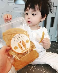 mom and baby and baby korean # essen und Baby Koreanisch Cute Baby Boy, Cute Little Baby, Little Babies, Baby Love, Cute Kids, Jazz Dance Photography, Cute Babies Photography, Newborn Photography, Cute Asian Babies