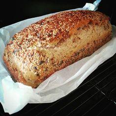Dieses Rezept ist für alle Brotliebhaber gedacht, die auf gesunde Zutaten im Brot nicht verzichten möchten. Es ist ein schnell gemachtes Kastenbrot, das einen hohen Körneranteil hat und durch die Zugabe von Naturjoghurt schön saftig ist. Die Herstellung dieses Brotes ist kinderleicht, benötigt nicht viel Zeit und kann (ohne viel Kneten) in die Form... Pizza Recipes, Bread Recipes, Healthy Recipes, Best Bread Recipe, Cooking Chef, Sandwiches, Pampered Chef, Everyday Food, Diy Food