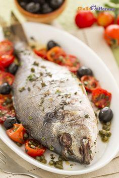 L'orata alla mediterranea è un secondo piatto prelibato, facile da preparare e molto gustoso! #ricetta #GialloZafferano #pesce #italianfood #italianrecipe