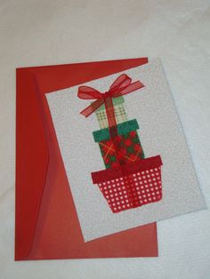 Cartão de natal em tecido 100% algodão, desenho de presentes bordado à mão, com verso em papel 180g liso e envelope acompanhando. R$12,00