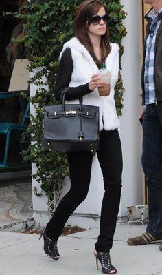 """A aniversariante do dia foi vista nos sets de """"The Bling Ring"""" com um look muito fashionista: calça skinny, sandálias altas, bolsa power e colete de pelos!"""