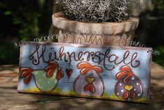 Dieses liebevoll gearbeitete Türschild aus Holz läßt nicht nur die Herzen von Liebhabern des Federviehs höher schlagen! Das Schild ist aus Fichtenholz gearbeitet, bemalt mit hochwertiger...