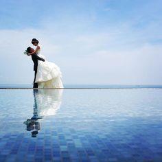 憧れの持ち上げショット ドレスショップのお姉さんにもお勧めされていた、チャペル前のプール水面ギリギリのショットも一緒に実現 #前撮り#ジェームス邸 #ノバレーゼ #2016秋婚 #持ち上げショット#weddingphotography#チャペル前#水面に映る Quinceanera Photography, Wedding Photoshoot, Wedding Styles, Rooftop Bar, Poses, Couples, Frame, Instagram, Figure Poses