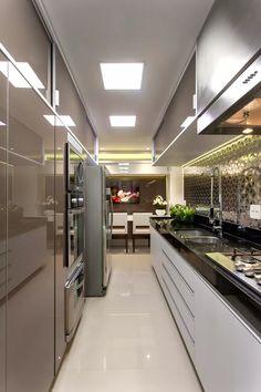 Sala com porta painel camuflando a entrada da cozinha e do home office! - DecorSalteado