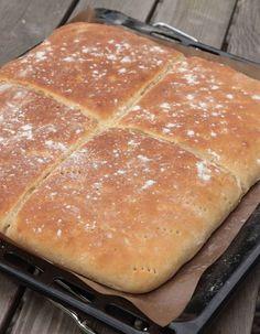 Grädda bröden mitt i ugnen i min. Cloud Bread, Griddle Pan, Cinnamon Rolls, Hot Dog Buns, Bread Recipes, Oven, Food And Drink, Favorite Recipes, Dinner
