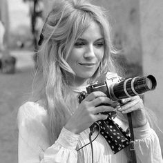 French actress Brigitte Bardot holds a camera during a break in the filming of the movie 'Viva Maria' Texcoco Mexico February 1965 Blonde Pony, Blonde Bangs, Retro Hairstyles, Hairstyles With Bangs, Wedding Hairstyles, Blonde Hairstyles, Pelo Retro, Pelo Vintage, Dramatic Wedding Makeup