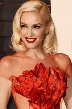 46 year-old Gwen Stefani styled her bob into glam retro style waves which looked youthful and glam!