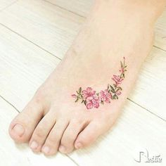 147 Foot Tattoo Designs to help you leave a steeper footprint - Beste Tattoo Ideen Tatto Design, Tattoo Designs Foot, Flower Tattoo Designs, Little Flower Tattoos, Flower Tattoo Foot, Tattoos For Women Flowers, Foot Tattoos For Women, Pretty Tattoos, Cool Tattoos