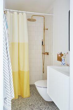 Se, hvordan 5 kvadratmeter blev til et stilfuldt og langtidsholdbart drømmebad   Boligmagasinet.dk Laundry In Bathroom, Terrazzo, Toilet, Curtains, Shower, House, Bathrooms, Instagram, Shop Local