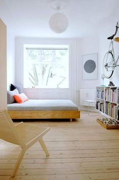 Arkitektstuderende Iben Bach og møbelsnedker Ulrik Bebe optimerer pladsen i deres lejlighed med enkle løsninger. Som at hænge en cykel op på væggen.