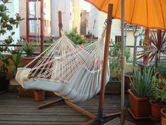 Lekker luieren in de Rocker Lounge hangstoel, kleur ecru / brown