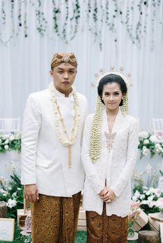 Traditional wedding outfit | An Artistic Couple's Wedding In Cirebon And Bandung | http://www.bridestory.com/blog/an-artistic-couples-wedding-in-cirebon-and-bandung