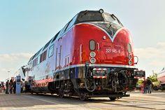 Die Baureihe V 200.1 ist eine Weiterentwicklung der Baureihe V 200.0, zu der Krauss-Maffei 1960 den Auftrag erhalten hat. Von der Baureihe V 200.0 unterscheidet sich die V 200.1 im Wesentlichen durch die stärkeren Antriebsmotoren von 2 × 1350 PS gegenüber 2 × 1100 PS bei der V 200.0. Diese wurden notwendig, da durch das gestiegene Verkehrsaufkommen die Züge länger und schwerer geworden waren. Dadurch kamen die Lokomotiven der Baureihe V 200.0 an ihre Leistungsgrenzen, was nicht selten zu…