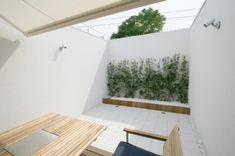 建築家:日吉聰一郎/SO建築設計一級建築士事務所「オープンコートのあるガレージハウス」 Bath Caddy, House Rooms, Outdoor Furniture, Outdoor Decor, My Room, Sun Lounger, Terrace, Relax, Shelves