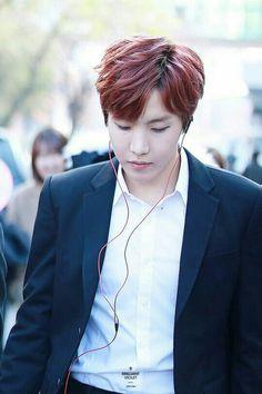 J Hope,в наушниках,красные волосы,белая рубашка,костюм
