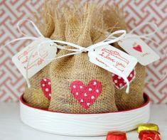 Aproveitando as datas comemorativas do mês de Junho, que tal preparar uma embalagem bem bonita, rústica e romântica para embalar o Dia dos Namorados já no clima junino?