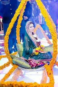 Ideas Indian Bridal Wear Purple Fashion Weeks For 2019 Pakistani Mehndi Dress, Bridal Mehndi Dresses, Pakistani Bridal, Mehendi, Pakistani Dresses, Desi Wedding, Wedding Stage, Wedding Decor, Wedding Ring