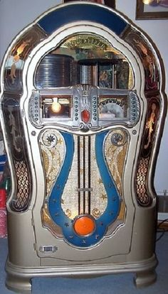 This is the most beautiful juke box I've ever seen. My dream is to one day have a jukebox like this and a huge collection of records! Jukebox, Arcade, Cassette Vhs, Lps, Piano, Rock And Roll, Radio Antigua, Music Machine, Art Deco