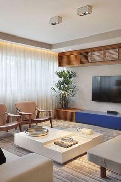 Combinação de azul e madeira, ideal para esse apartamento com vista pra praia.: