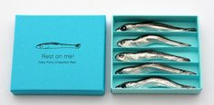 5 piece chopstick rest set in the shape of a dried sardine, made by aluminum mold casting: いりこの箸置き 5個セット