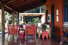 O vermelho da fachada e o azul das portas vêm de misturas de tinta que o arquiteto Renato Marques criou na obra.