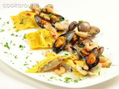 Raviolo ripieno di polpi e patate con cozze vongole e gamberetti: Ricette di Cookaround | Cookaround